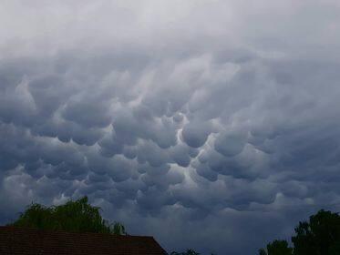 Silne burze przechodziły w czwartek oraz w nocy z czwartku na piatek nad regionem świętokrzyskim. Porywisty wiatr, miejscami ulewy i sporej wielkości