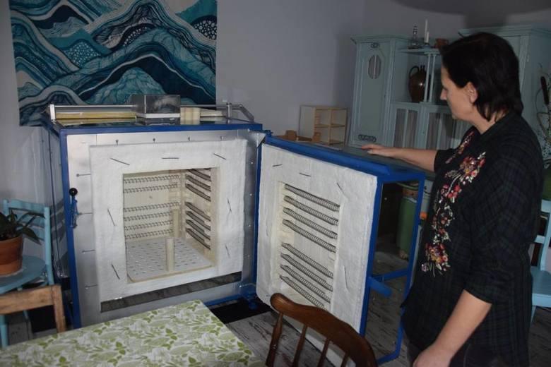 """Mieszkanka Śmigla Anna Wróblewska otworzyła kawiarnię """"Na Garnuszku"""" połączoną z pracownią garncarską. Właścicielka już organizuje w swojej pracowni pierwsze warsztaty."""