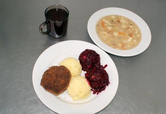 Obiad w Zakładzie Karnym w Łodzi: zupa jarzynowa, kotlet mielony z ziemniakami i burakami, a do tego kompot owocowy.Źródło: Posiłki w więzieniachPorównaj: