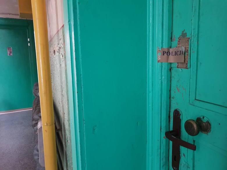 Kilkadziesiąt ciosów w szyję otrzymał lokator jednego z bloków znajdujących się na osiedlu Mireckiego w Łodzi. Mężczyznę znaleźli sąsiedzi, gdy leżał