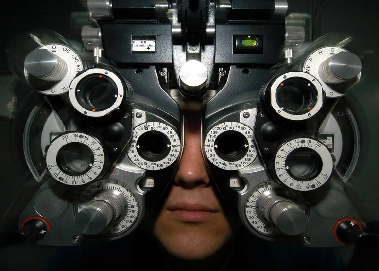 Dobór soczewek kontaktowych wymaga wykonania nowoczesnych badań optometrycznych. Nie obędzie się też jednak bez określenia mocy okularów, bo tylko przy
