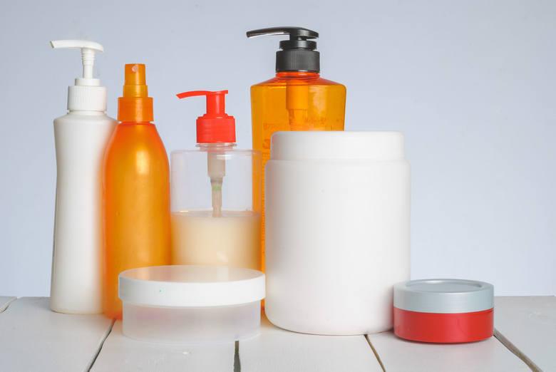 Wykorzystanie nietrafionych kosmetyków do sprzątania lub tych przeterminowanych to świetny sposób, zwłaszcza jeśli żyjecie w zgodzie z filozofią zero