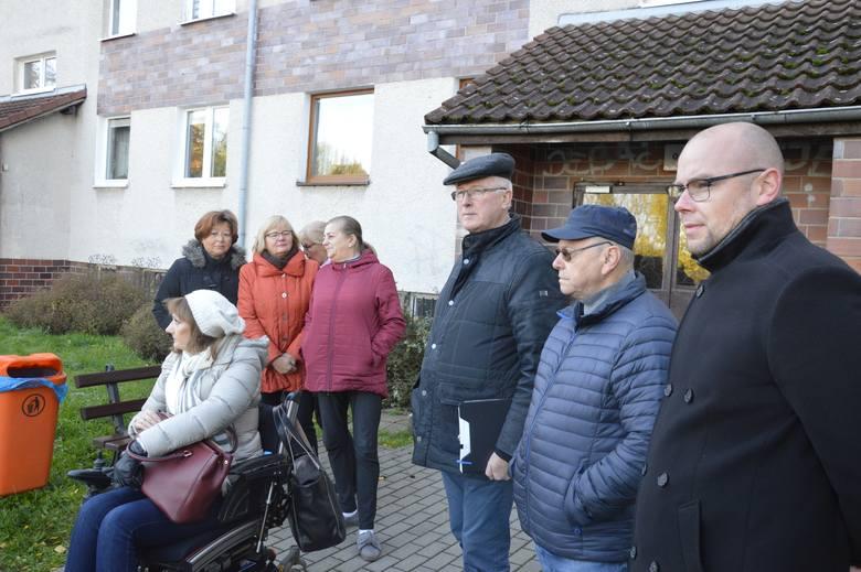 """Mieszkańcy os. Śląskiego 10 liczą, że rozmowy prowadzone z zarządem spółdzielni """"Kisielin"""" w końcu przyniosą efekt i obie strony dojdą do porozumienia"""