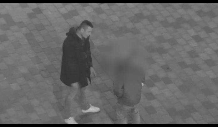 Człowiek na masce samochodu. Ucałował forda w szybę, teraz szuka go policja. Kto go rozpoznaje? (WIDEO)
