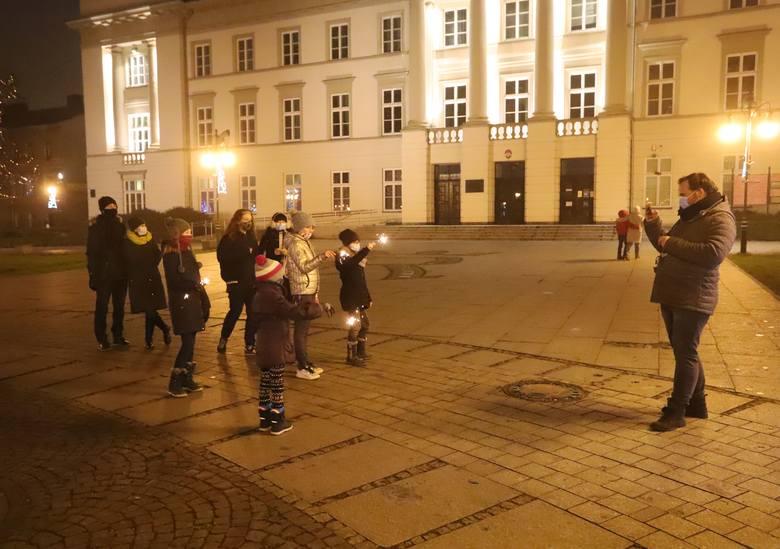 Sylwester w Radomiu. Po godzinie 16 na radomskim deptaku pojawiły się grupki ludzi. Mieszkańcy całymi rodzinami wybrali się na spacer. Wiele osób robiło