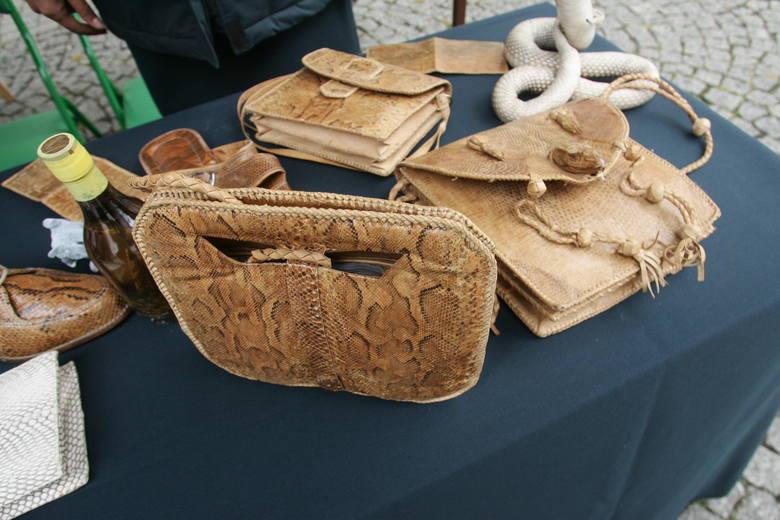 Torby czy portfele ze skóry węża figurują na liście zakazanych pamiątek z egzotycznych podróży. Próba przemycenia ich do Polski to przestępstwo zagrożone karą nawet 5 lat więzienia.