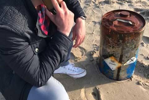 Policja w Koszalinie została powiadomiona o beczce, którą wyrzuciło morze na plaży w Sarbinowie. Niewykluczone, że w beczce są toksyczne substancje.