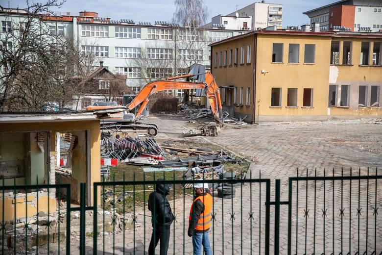 Burzenie budynków PROMOT-u przy ulicy Ciepłej w Białymstoku