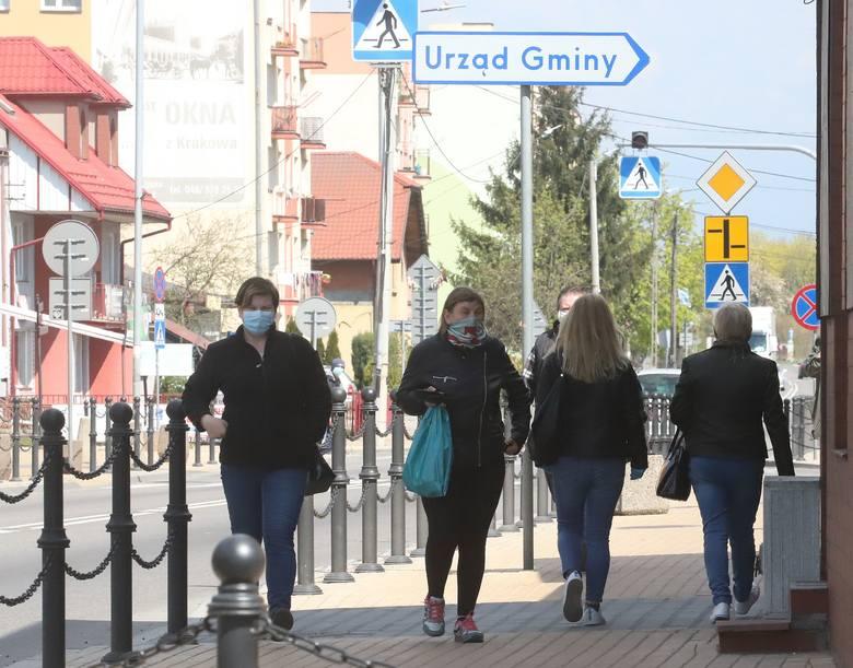 Lipsko w czasie epidemii koronawirusa. Mieszkańcy Lipska dostosowali się do nowych przepisów nakazujących zakrywanie ust i nosa w miejscach publicznych.