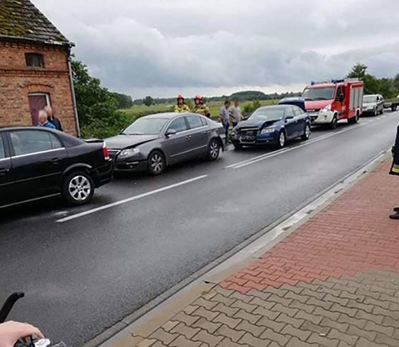 Do wypadku doszło w piątek, 13 września, na trasie w miejscowości Klesno. Na miejsce dojechały służby ratunkowe. Jeden pas ruchu została zablokowany.W