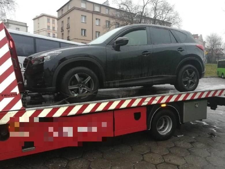 Mężczyzna porzucił samochód na ul. Dworcowej i uciekł pieszo.