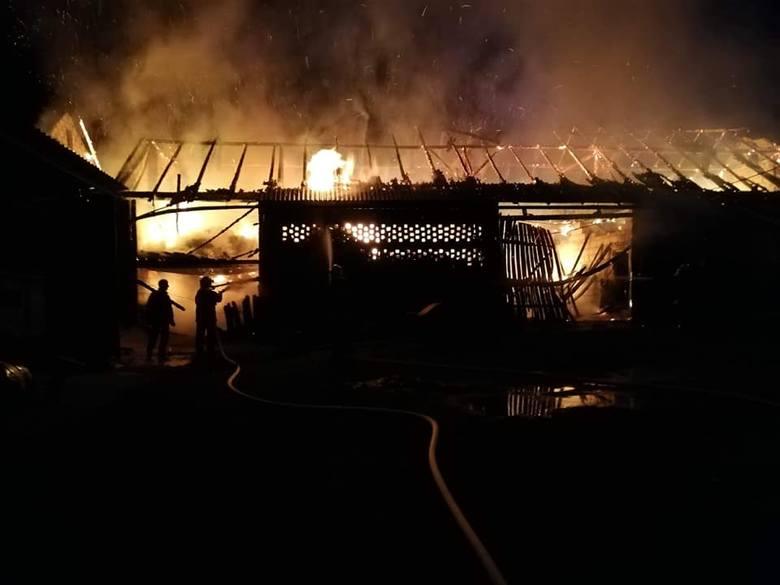 Dziewięć jednostek straży pożarnej walczyło z pożarem, który wybuchł w Cieklinie k. Jasła przed godziną 2 w nocy. - Po dojechaniu na miejsce zastaliśmy