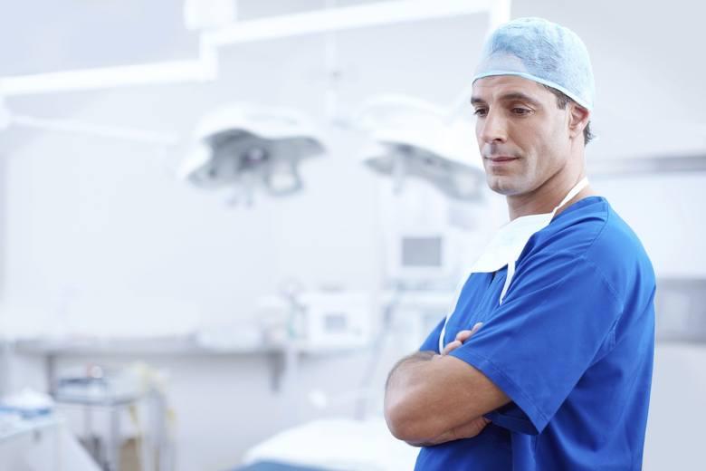 17 035 - złotych brutto miesięcznie zarabiają średnio lekarze w szpitalu im. Rydygiera w Toruniu (umowa o pracę)