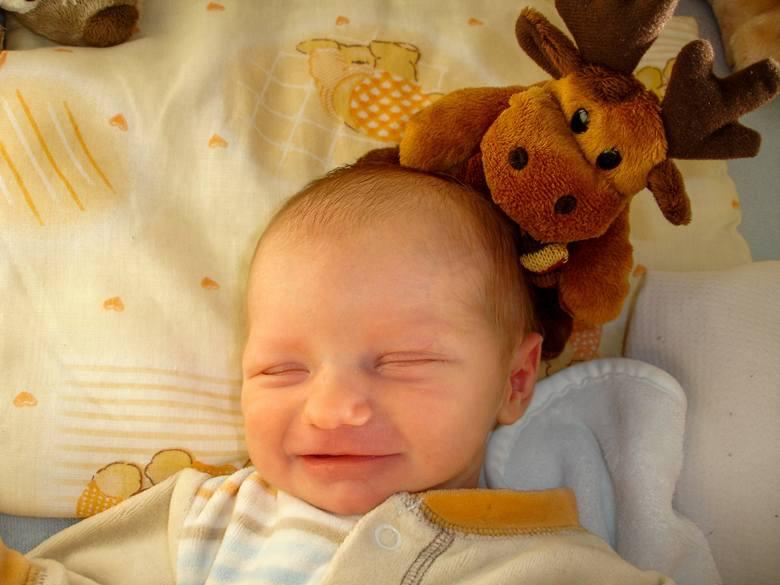 """<strong>Snu trzeba dziecka nauczyć?</strong><br /> Sen jest oczywiście naturalną potrzebą fizjologiczną i naturalne jest, że dziecko umie spać. Tylko że całe nasze życie współcześnie nie do końca jest urządzone w zgodzie z naturą. Jest taka książka sprzed 40 lat: """"W głębi kontinuum"""". Autorka, Jean..."""