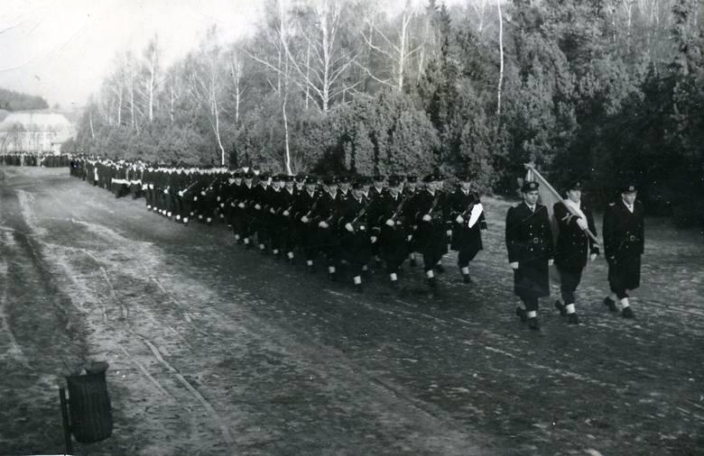 Kondukt pogrzebowy odprowadza  bosmanmata Edwarda Zajta na miejsce wiecznego spoczynku na cmentarzu Srebrzysko