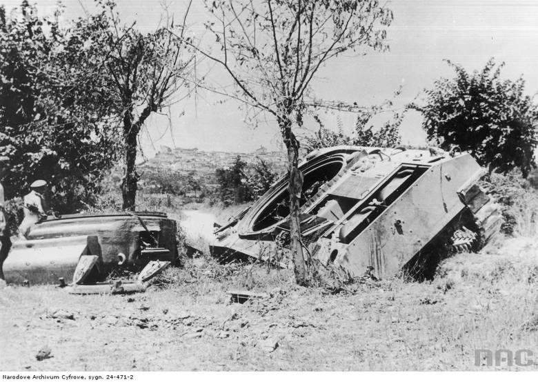 """Czołg M4 Sherman z 1 Pułku Ułanów Krechowieckich zniszczony pod Osimo.  <font color=""""blue""""><a href="""" http://www.audiovis.nac.gov.pl/obraz/223721/3b0946d4f954ca2ac6b4c2e6598f373e/""""><b>Zobacz zdjęcie w zbiorach NAC</b></a> </font>"""