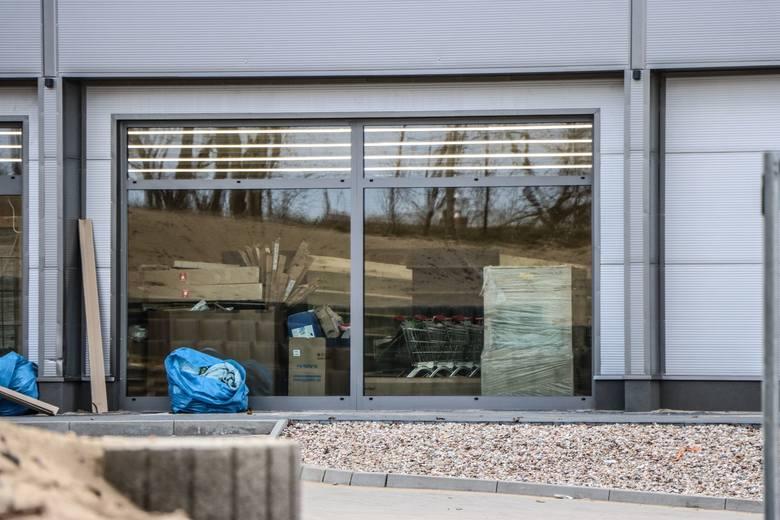 """Tak wygląda obiekt przy ulicy Braniborskiej, gdzie znajdzie się m.in. sklep spożywczy """"Delikatesy Centrum""""."""