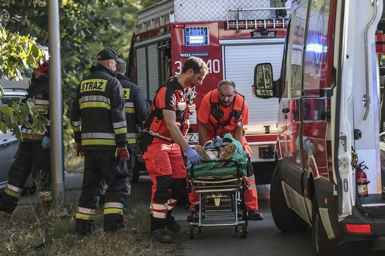 Do wypadku doszło przed godz. 18.00. Ze wstępnych ustaleń na miejscu zdarzenia wynika, że kierujący bmw jechał w kierunku Zielonej Góry. Przed przejściem