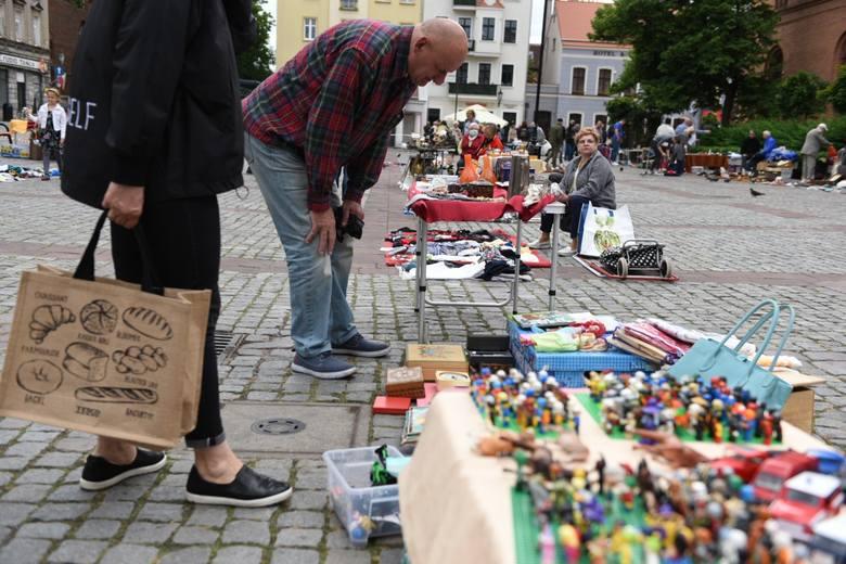 W sobotę na toruńskim Rynku Nowomiejskim odbył się pchli targ. Na kupujących czekały m.in. antyki, stare płyty, książki i wszelkie inne artykuły kolekcjonerskie.
