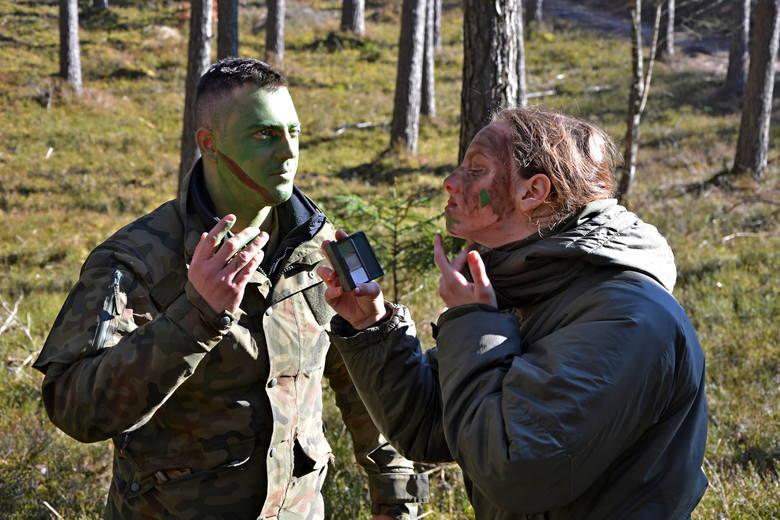 Szkoleni kilka dni spędzają w trudnych warunkach terenowych                         - najczęściej w lesie z ograniczonymi racjami żywnościowymi.