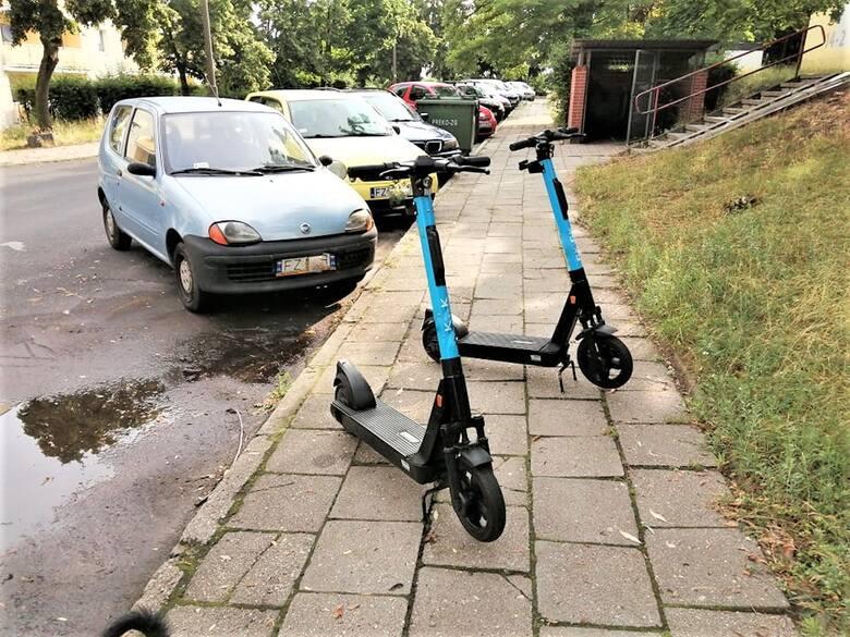 W Zielonej Górze zdarza się, że po skorzystaniu z hulajnogi elektrycznej, ludzie parkują je na środku chodnika. To może być niebezpieczne!