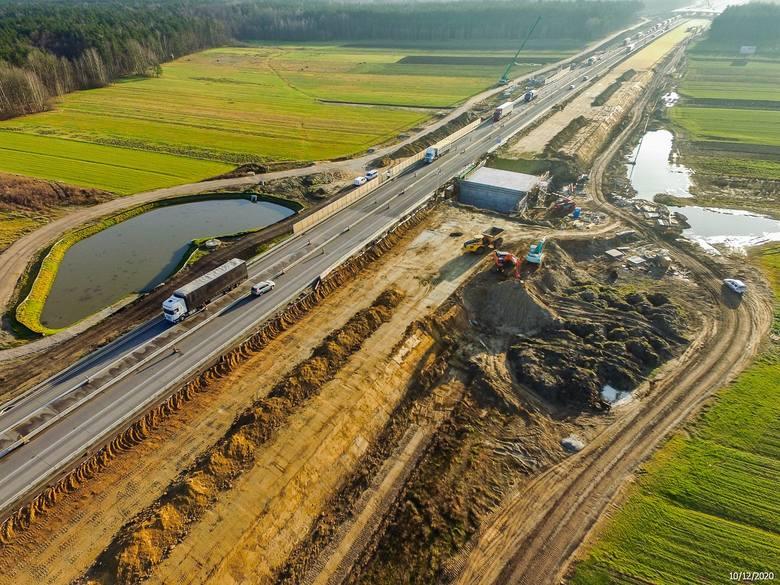 Tak wygląda plac budowy autostrady A1, między Częstochową i Tuszynem. Na większej części budowanej na 81 kilometrach drogi, kierowcy jeżdżą już po nowej