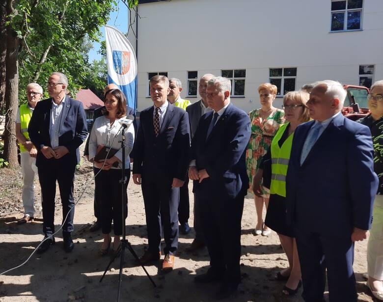 Samorządowcy, przede wszystkim związani z Prawem i Sprawiedliwością, spotkali się przed nowym budynkiem szpitala w Pionkach, aby pochwalić się realizacją
