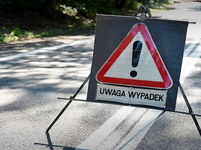 Wypadek w Brzegach Dolnych niedaleko Ustrzyk Dolnych. Dachował samochód, cztery osoby ranne
