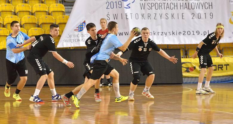 Od zwycięstwa zaczęli udział w XXV Ogólnopolskiej Olimpiadzie Młodzieży w Sportach Halowych Świętokrzyskie 2019 piłkarze ręczni gospodarzy. W pierwszym