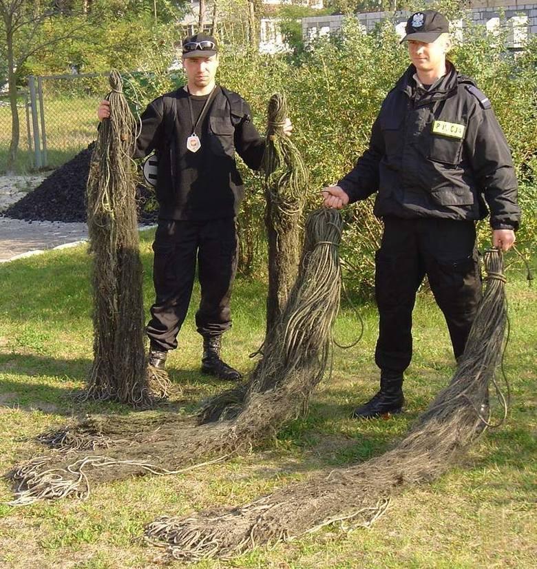 Inspektor Tomasz Roj z urzędu morskiego i st. post. Hubert Kredenc z policji pokazują znalezione sieci kłusowników.