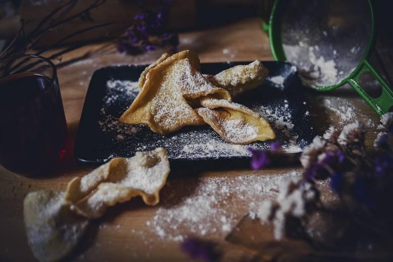 Faworki, zwane chrustem również są tradycyjną potrawą, spożywaną w Tłusty Czwartek