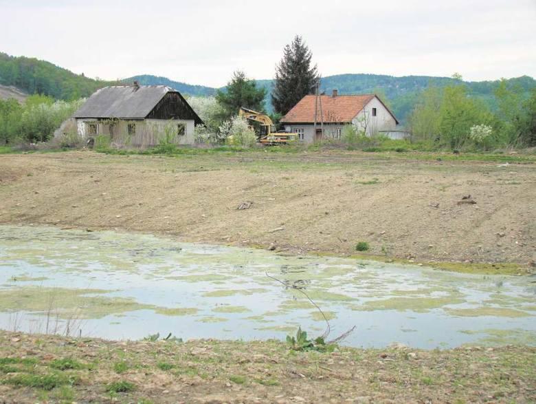 Kiedyś była tu ludna wieś a nawet linia kolejowa z wiaduktem, potem pustkowie a następnie ezioro pełne żaglówek, potem znowu pustynia. Jak zmieniało