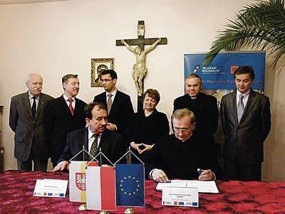 Zarówno burmistrz jak i starosta z zadowoleniem przyglądali się podpisywaniu umowy między ks. Jerzym Gredką a wicemarszałkiem Wojciechem Kozakiem na
