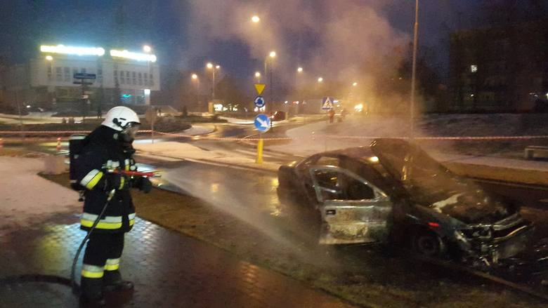 Dziś (16.02) kilka minut przed godziną 6 do naszej jednostki wpłynęło zgłoszenie o pożarze samochodu osobowego w Solcu Kujawskim przed dworcem kolejowym.