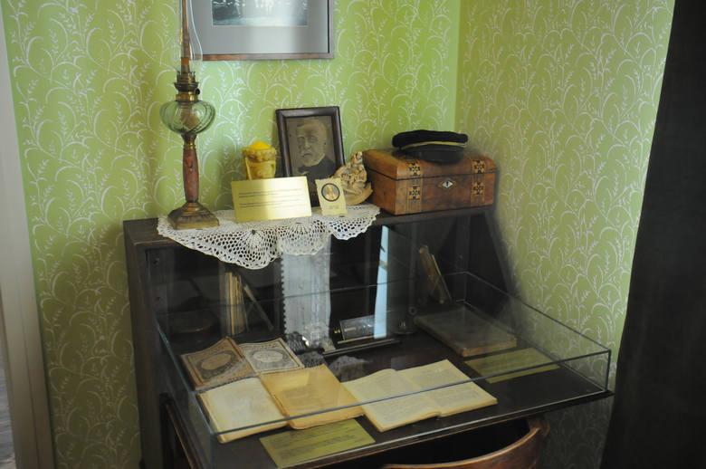 W komodzie sypialni znajdują się książki Sienkiewicza, na górze czapka gimnazjalisty - taką samą nosił Lolek