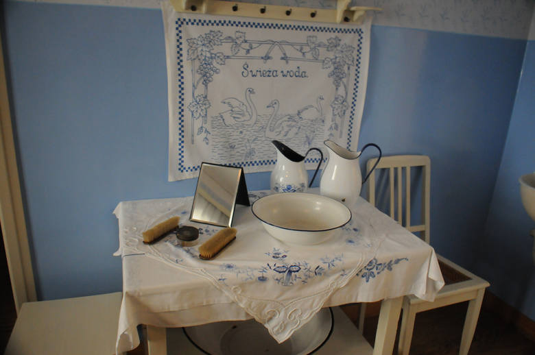 Fragment kuchni z misą oraz przyrządami służącymi do codziennej higieny. W domu nie było łazienki
