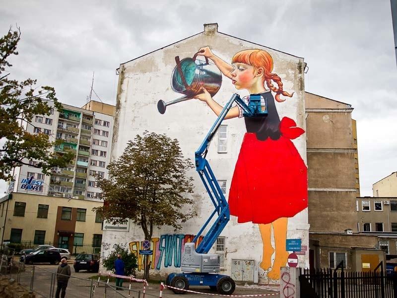 Dziewczynka z konewk olbrzymi mural w bia ymstoku for Mural na tamie w solinie