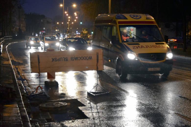 Dzisiaj drogowcy pojawili się na ulicy Zamkowej w Słupsku by załatać ubytek w asfalcie, który przez trzy dni denerwował kierowców.Czytaj dalej na kolejnych