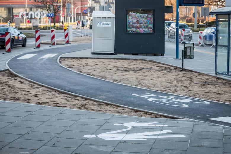 Na dalszym odcinku budowa wydzielonego ciągu rowerowego wymagała natomiast korekty układu drogowego – jezdni, przystanków komunikacji publicznej, chodników – bez których niemożliwe byłoby zaprojektowanie infrastruktury dla ruchu rowerowego.