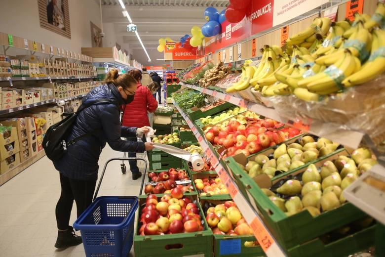 Zarobki w dyskontach są coraz bardziej atrakcyjne. Ile zarabiają pracownicy Lidla i Biedronki - dwóch najpopularniejszych sklepów w Polsce? Sprawdziliśmy.