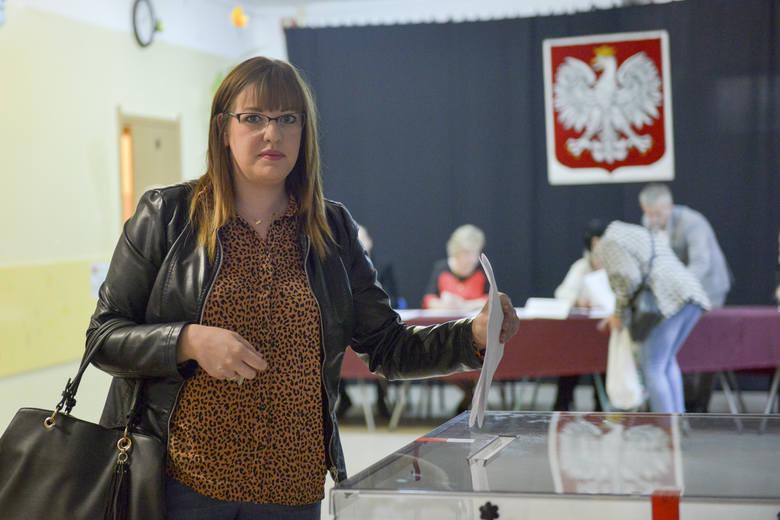 O rana w słupskich okręgach wyborczych trwa głosowanie w wyborach parlamentarnych. Swoje głosy oddają słupszczanie a wśród nich również kandydujący w