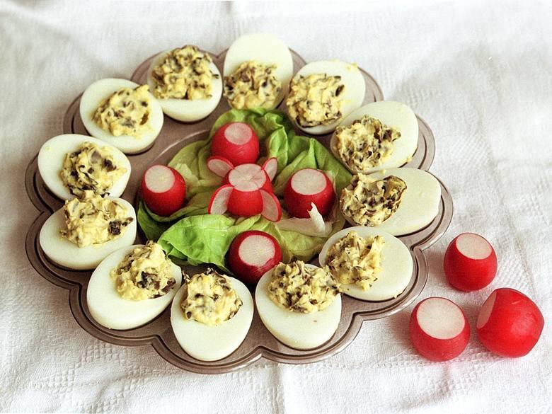 Chyba każda gospodyni domowa w swoim kulinarnym doświadczeniu zmierzyła się z przepisem na jajka faszerowane. Spróbuj nasze przepisy na udaną zimną