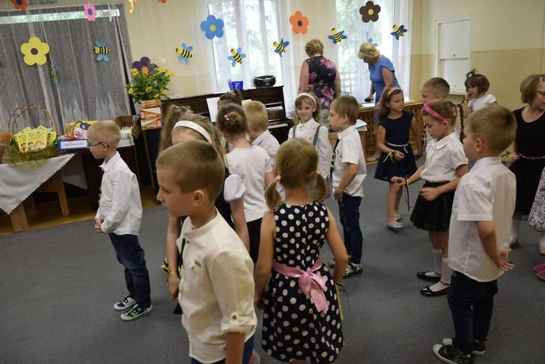 We wtorek, 18 czerwca w Przedszkolu nr 5 w Skierniewicach odbyło się zakończenie roku szkolnego dla grupy Pszczółek. Znaczna część tej grupy we wrześniu przywita się ze szkołą. Był program artystyczny w wykonaniu przedszkolaków, rozdanie świadectw i upominków.
