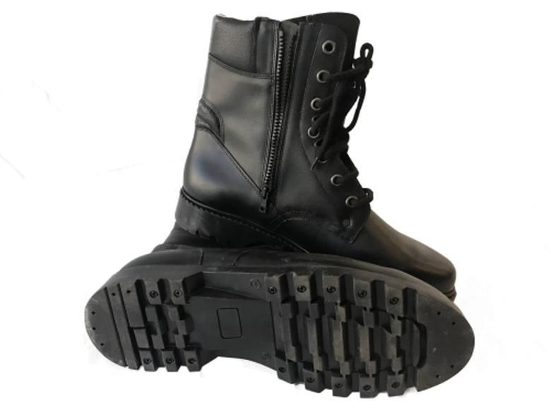 Trzewiki pilota koloru czarnego. Buty wykonane ze skóry licowej, ocieplane, z grubą antypoślizgową podeszwę. Posiadają język typu miechowego, który zabezpiecza