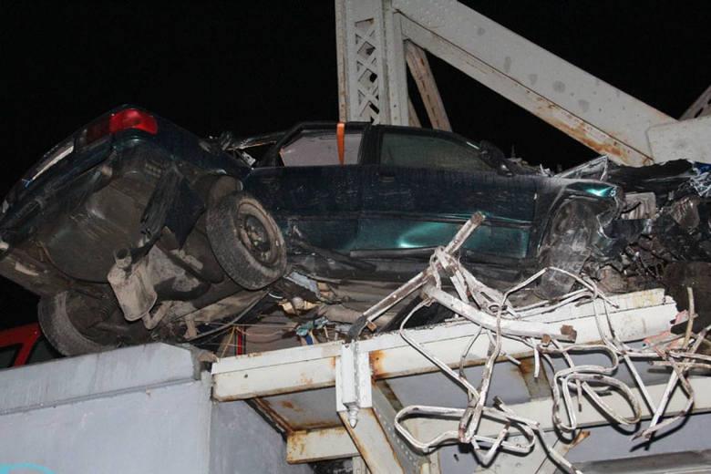 Niedostosowanie prędkości do warunków drogowych najprawdopodobniej było przyczyną wypadku drogowego w pobliżu Plosek. Doszczętnie rozbite audi z rannym