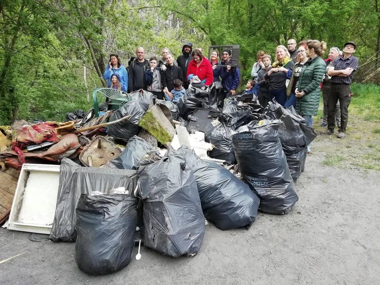 50 worków śmieci w 2 godziny. Wielkie sprzątanie doliny i lasu na Kapuściskach