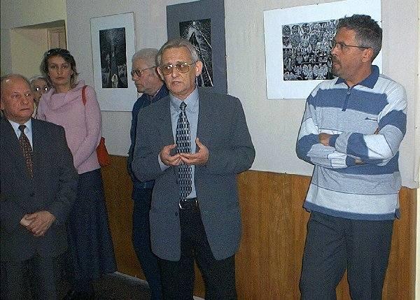 Roman Terzyk (w środku) podczas otwarcia  szubińskiej wystawy.