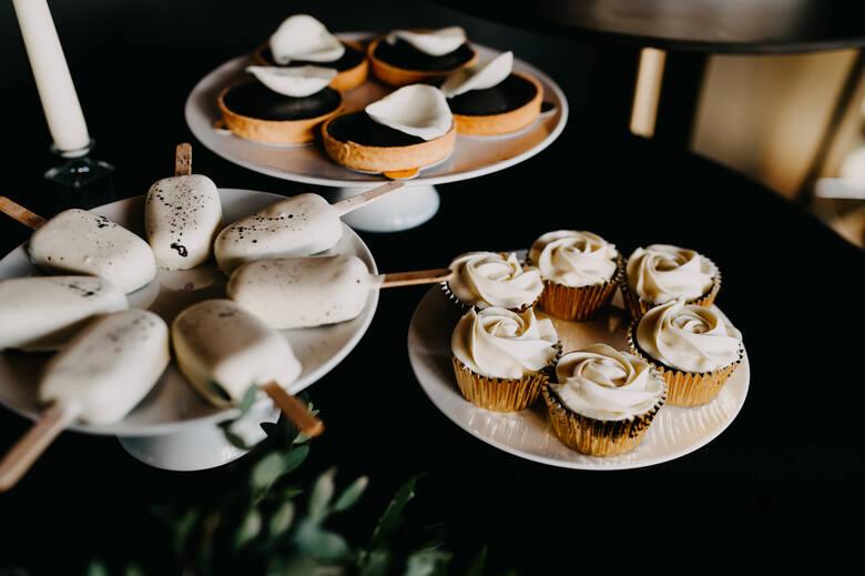 Małe przyjęcia weselne w mieście, w nowoczesnym klimacie, są coraz bardziej popularne. Pandemia sprawiła, że coraz więcej par decyduje się na taką uroczystość.