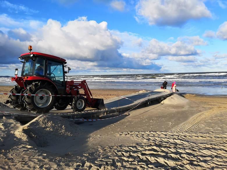 Stan alarmowy odwołany, woda opada a Bałtyk - jak pisał prezydent Żmurkiewicz - powoli oddaje plażę. Trwa sprzątanie po sztormie. CZYTAJ WIĘCEJ:■ Sztorm