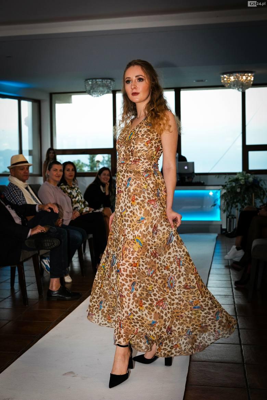 Pokaz kolekcji sukien  w Szafirowej Przystani na marinie